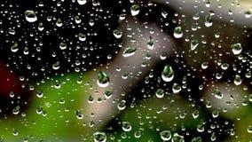 Tropfen des Regens auf dem Fenster auf dem Hintergrund des Hauses stock video