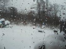 Tropfen des Regens auf dem Glas stockbild