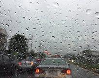 Tropfen des Regens auf dem Spiegel des Autos Lizenzfreie Stockfotografie