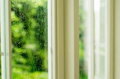 Tropfen des Regens auf einem Fenster Lizenzfreie Stockfotos
