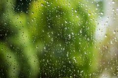 Tropfen des Regens auf einem Fensterglas Stockfoto