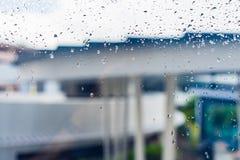 Tropfen des Regens auf einem Fensterglas Lizenzfreies Stockbild