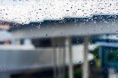 Tropfen des Regens auf einem Fensterglas Lizenzfreie Stockfotografie