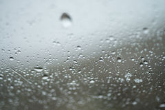 Tropfen des Regens auf Glas Lizenzfreie Stockfotos