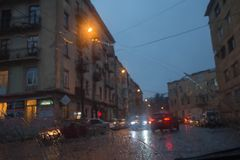 Tropfen des Regens auf Glashintergrund Straße Bokeh-Lichter unscharf Autumn Abstract Backdrop Stockfotografie