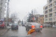 Tropfen des Regens auf Glashintergrund Straße Bokeh-Lichter unscharf Autumn Abstract Backdrop Lizenzfreies Stockbild