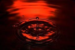 Tropfen des roten Wassers Stockbild