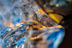 Tropfen des schmelzenden Schmelzwassers vom Abflussrohr Stockfotografie
