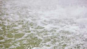 Tropfen des starken Regens auf Wasseroberfläche stock video footage