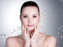 Tropfen des Wassers um das schöne Frauengesicht Stockfotografie