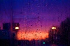 Tropfen eines Regens auf einer Fensterscheibe stockbild