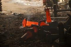 Tropfen schmiedete Hammer im Schmiedenprozeß Stockfotografie