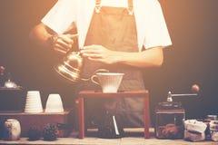 Tropfen Sie brauend, gefilterter Kaffee, oder gießen-über ist eine Methode, der in stockfotos