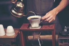 Tropfen Sie brauend, gefilterter Kaffee, oder gießen-über ist eine Methode, der in lizenzfreie stockfotos