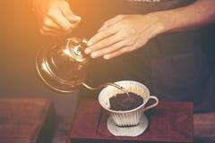 Tropfen Sie brauend, gefilterter Kaffee, oder gießen-über ist eine Methode, der in lizenzfreie stockfotografie