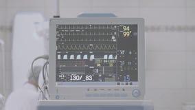 Tropfen Sie mit Raum ECG-Monitors dem in Kraft, die nicht Farbe, die korrigiert wird, gut für Farbdas ordnen stock video footage