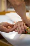 Tropfenfänger auf Patientenhand Lizenzfreies Stockfoto