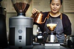 Tropfenfänger-Gebräu-strömendes Kaffee-Café Barista Apron Concept stockfotos