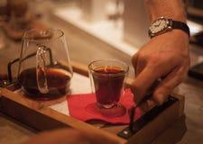 Tropfenfänger-Kaffee gedient lizenzfreie stockfotografie