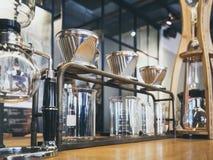 Tropfenfänger-Kaffee-Glasausrüstungs-Kaffeestubecaféanzeige stockbilder
