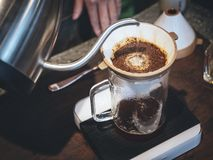 Tropfenfängerkaffee Wassers Kaffeetropfenfänger Barista auslaufender an Hand lizenzfreie stockfotos