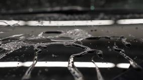 Tropfenwasser auf dem Auto von der Flasche stock video
