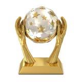 Trophée d'or de récompense avec des étoiles et des mains Images stock