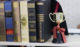 Trophée et livres d'or à la bibliothèque, concept d'éducation images stock