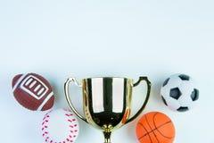 Trophée, jouet du football, jouet de base-ball, jouet de basket-ball et RU d'or Photographie stock