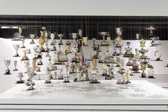 Trophées accrochants montrés dans le musée de Porsche Image stock