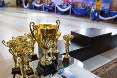 Trophées d'or de champion Tasse pour le premier endroit Piédestal sur le fond Images libres de droits