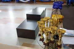 Trophées d'or de champion Tasse pour le premier endroit Piédestal sur le fond Photo libre de droits