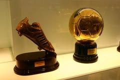 Trophées du football dans l'exposition de Real Madrid Image stock