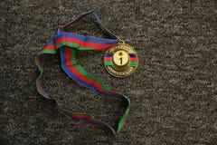 Troph?e de sport Médaille d'or sur le fond noir Médaille d'or sur le fond noir Or, médaille avec les numéros un Troph?e de sport images libres de droits