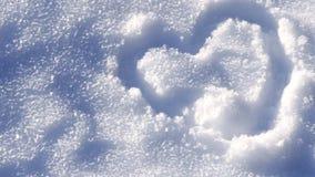 Tropiący krótkopędu serce rysującego na śniegu Obraz Royalty Free
