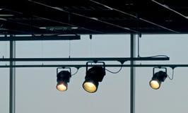 Tropić światła reflektorów błyszczy na podsufitowym systemu kolejowym obraz royalty free