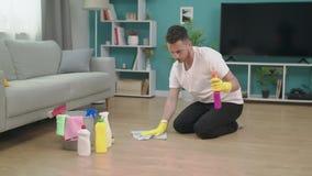 Tropić młody człowiek sprząta w górę ruszać się nowy mieszkanie po zdjęcie wideo