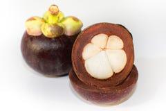 Tropicais asiáticos sabem como o fruto do mangustão no fundo branco Fotos de Stock Royalty Free