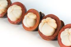 Tropicais asiáticos sabem como o fruto do mangustão no fundo branco Foto de Stock Royalty Free