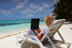 Tropical business woman with laptop Royalty Free Stock Photography