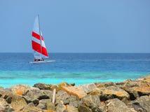 Tropical, Maldivas y barco de vela Foto de archivo