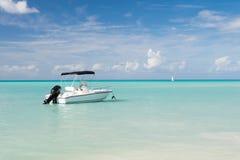 Tropikalna łódkowata wycieczka Idyllicznej sceny tropikalny urlopowy nadmorski Motorowa żeglowanie statku oceanu błękitne wody Wo Zdjęcie Stock