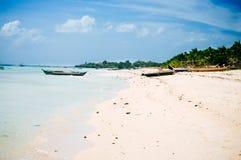 Tropikalna biała piasek plaża z zielonymi drzewkami palmowymi i parkować łodziami rybackimi w piasku Egzotyczny wyspa raj Zdjęcia Royalty Free