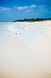 Tropikalna biała piasek plaża z zielonymi drzewkami palmowymi i parkować łodziami rybackimi w piasku Egzotyczny wyspa raj Zdjęcia Stock