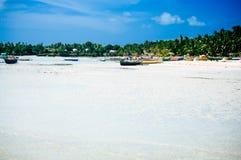Tropikalna biała piasek plaża z zielonymi drzewkami palmowymi i parkować łodziami rybackimi w piasku Egzotyczny wyspa raj Fotografia Stock