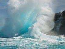 Tropikalna fala tworzy backwash wybuch zdjęcie stock