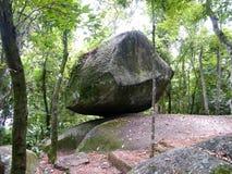 Tropikalna kolonista skała blisko do Brazil z bujny zieleni lasu tropikalnego roślinnością i wybrzeżem obrazy royalty free