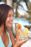 Tropikalna kurortu napoju kobieta Zdjęcia Stock