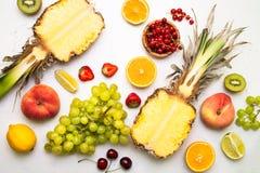 Tropikalna owoc i jagody na bielu Zdjęcia Royalty Free