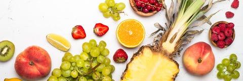 Tropikalna owoc i jagody na bielu Obrazy Stock